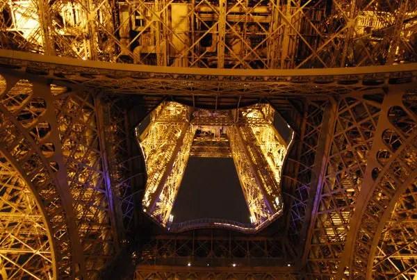 La Torre Eiffel de París de noche