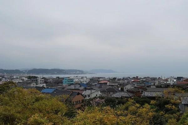 La playa de Kamakura desde el Hase-dera