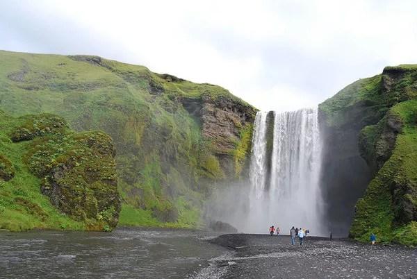 La preciosa cascada de Skógafoss en Islandia