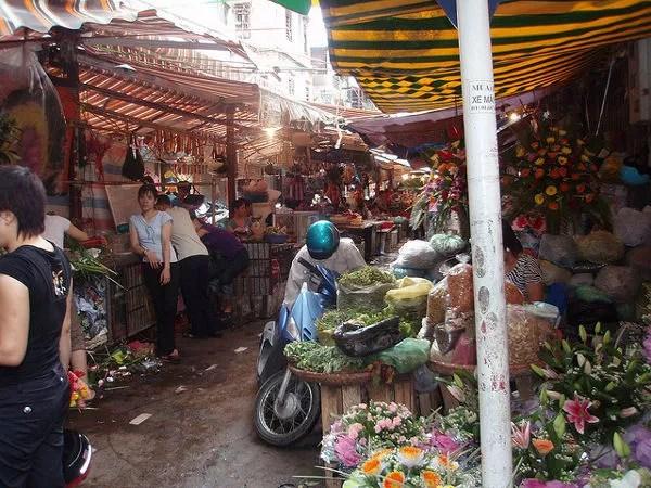 Mercado-callejero-en-la-zona-de-Hoan-Kiem ▷ Cosas que ver en Hanoi, imprescindibles para visitar la capital vietnamita.