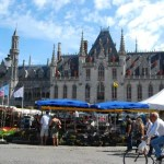 Mercado matutino en la Plaza Markt de Brujas