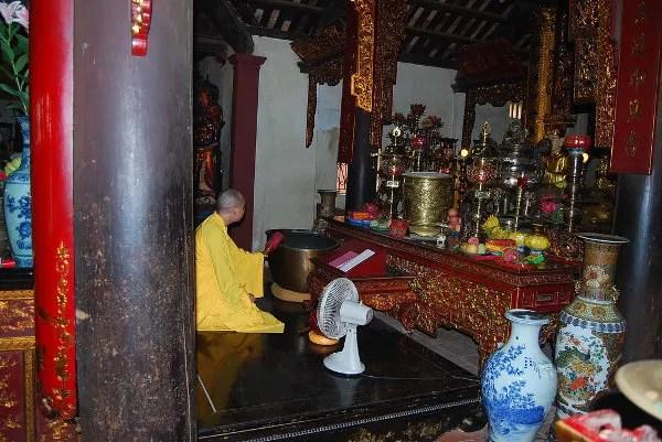 Monje budista en la Pagoda de Tran Quoc