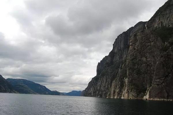 Nubarrones sobre el Lysefjord
