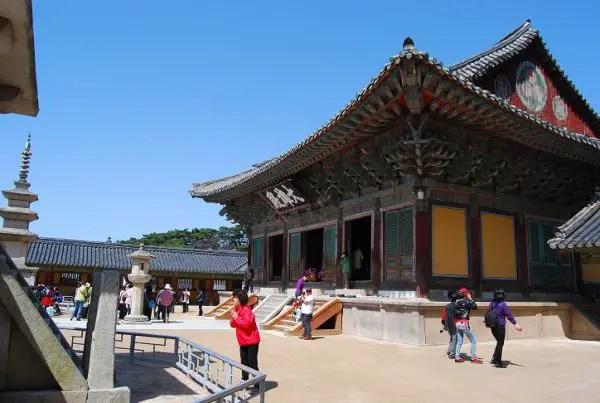 Orando en el templo Bulguksa de Gyeongju