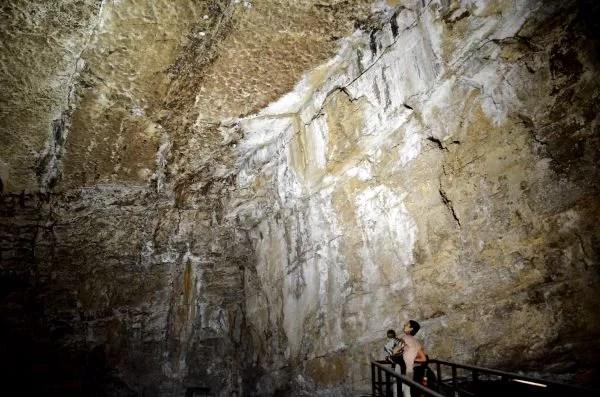 Oriol, Teo y Vero en la Cueva de El Pendo en Cantabria