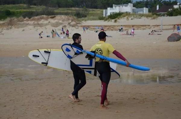 Pau y Alí, tras las clases de surf en Somo, Cantabria