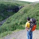 Pau y Teo observando Svartifoss en Islandia