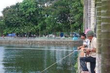 Pescadores en el lago de Ho Tay de Hanoi