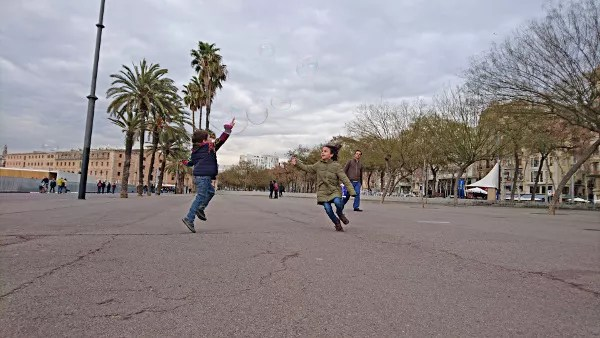 Fotos de Barcelona con niños, playa de la Barceloneta pompas