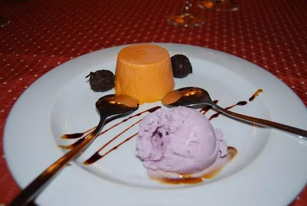 Puding de mandarina con helado de violeta