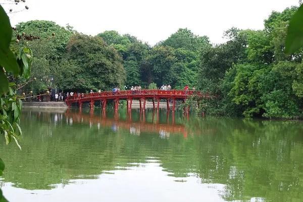 Puente de Huc en el lago Hoan Kiem