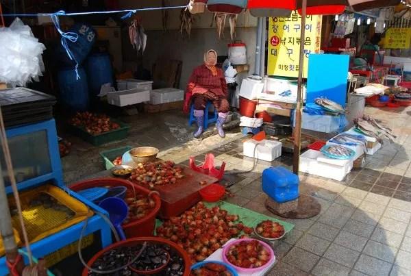 Puesto afuera del Mercado de pescado Jagalchi de Busan