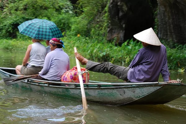 Remando con los pies en Tam Coc