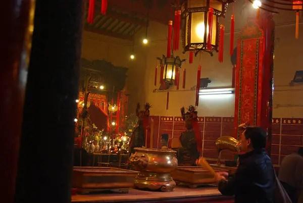 Rezando en el Man Mo Temple