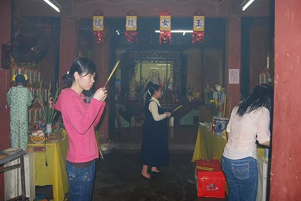 Rezando en la Pagoda del Emperador de Jade