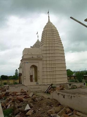 Ruinas junto a un templo jainista en Khajuraho