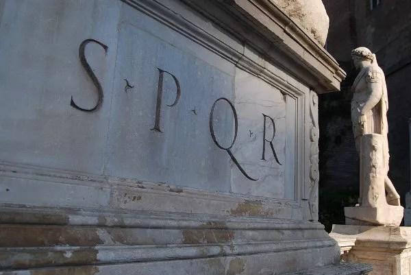 SPQR en la Piazza del Campidoglio de Roma