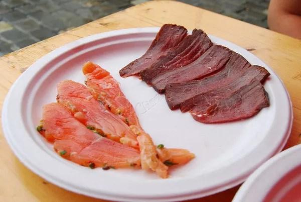 Salmón salvaje y ballena ahumada en la lonja del pescado de Bergen
