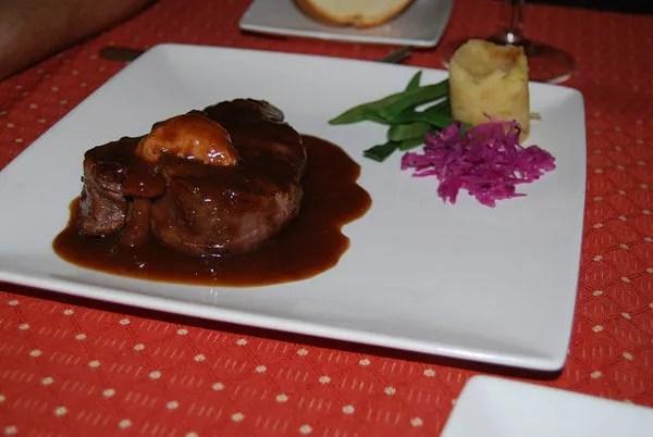 Solomillo de ternera con mouse de foie y salsa de arándanos