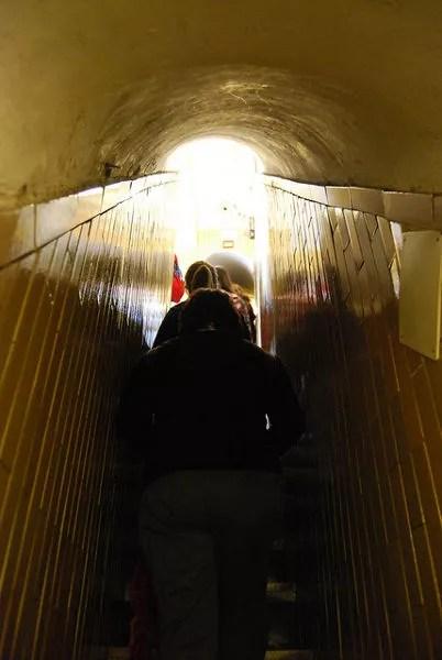Subiendo las escaleras de la cúpula de la Basílica de San Pedro en el Vaticano