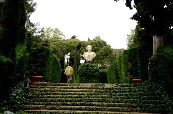 Teo corriendo por els Jardins de Santa Clotilde de Lloret de Mar