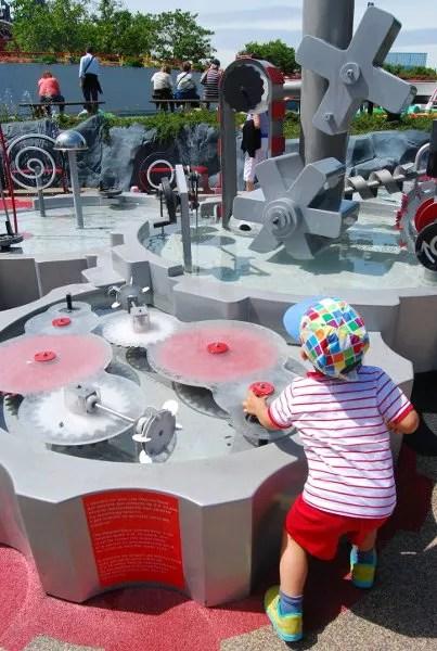 Teo jugando en Futuroscope