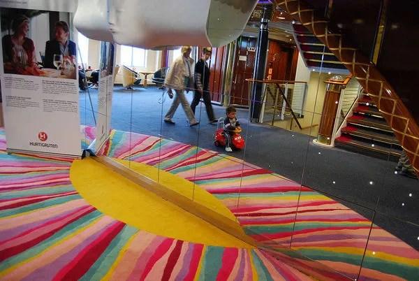 Teo jugando en el crucero Hurtigruten