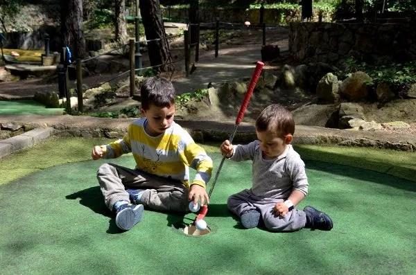Teo y Oriol en el Gnomo Park de Lloret de Mar