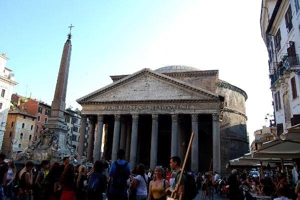 Turistas contemplando el Panteón de Roma