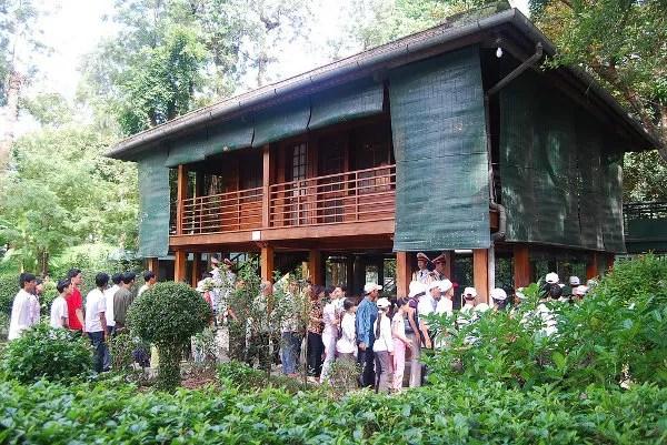 Turistas haciendo cola para ver la Casa Zancuda