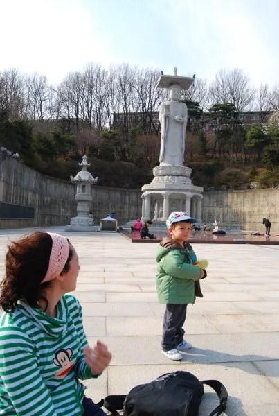 Vero, Teo y el Buda del templo Bongeunsa de Seúl