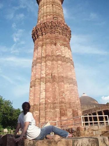Vero contemplando el Qutb Minar