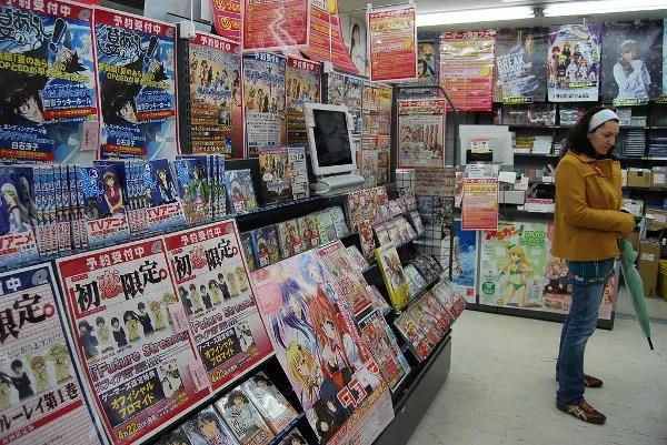 Vero en una tienda otaku de Akihabara