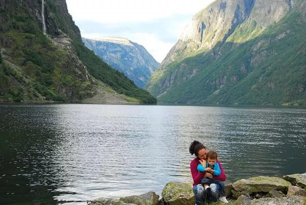 Vero y Teo en Gudvangen, fiordos noruegos