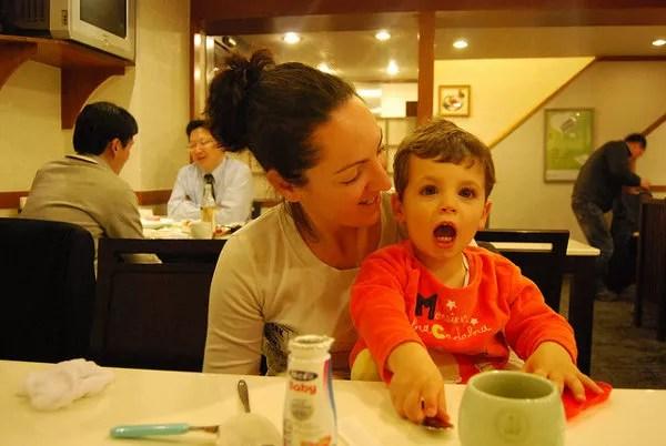 Vero y Teo en en restaurante de Seúl