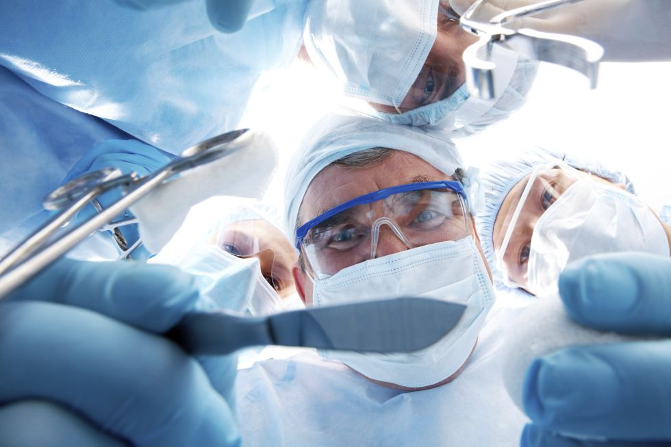 Un equipo de médicos y enfermeras durante una operación