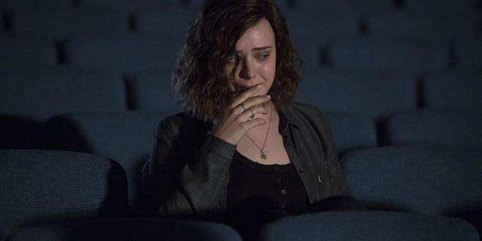 Hannah en una sala de cine en Por trece razones- El Palomitrón