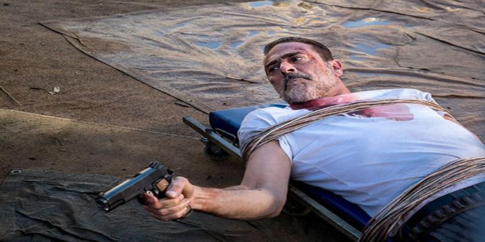 Negan tumbado con pistola The Walking Dead El Palomitrón