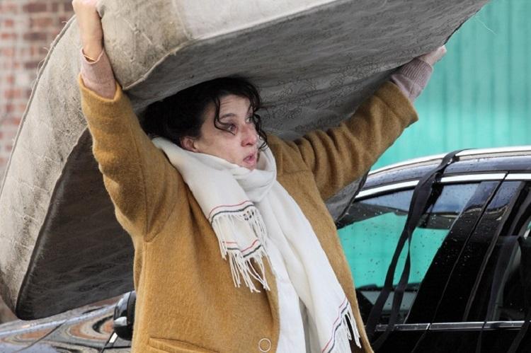 Mujer_colchón_las invisibles_critica_el_palomitrón