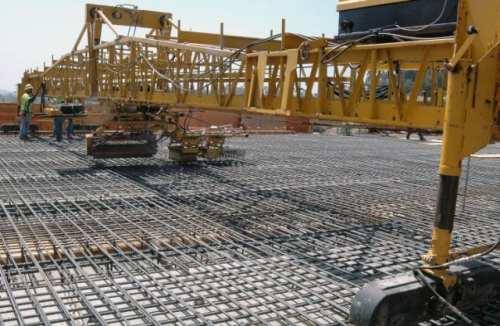 El piso de nuevo puente Sunset listo para recibir el concreto. (Foto Ned Racine/El Pasajero).