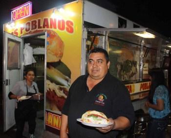 Gregorio Díaz, dueño de La Cemita Poblana y una de sus deliciosas creaciones.