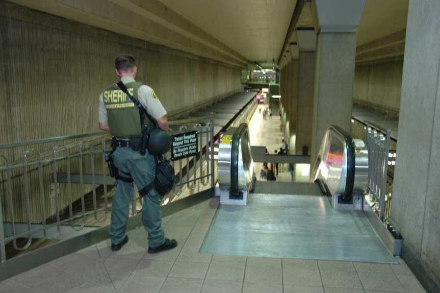 Aentes del Sheriff vigilan la Línea Roja del Metro en Union Station. (Foto José Ubaldo/El Psajero)