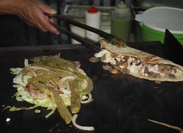 Y para chuparse los dedos, llenos de salsa, una exquisita quesadilla de hongos sobre la parrila y un huarache cubierta de nopales.
