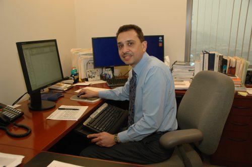 Jesse Soto incansable frente a su computadora. (Foto José Ubaldo/El Pasajero)