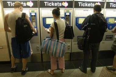 Pasajeros compran boletos en la estación Penn de Nueva York. (Foto Ángela Jiménez)