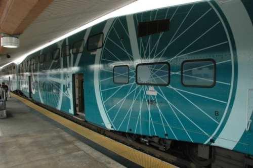 Un diseño en color verde Teal para indicar a los ciclistas en donde pueden viajar con su bicicleta abordo de los trenes de Metrolink. (Foto José Ubaldo/El Pasajero).