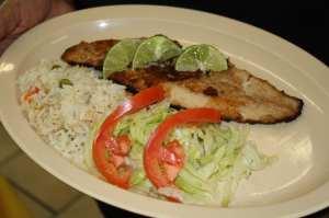 Filete de pescado con ensalda y arroz blanco. (Foto Agustín Durán/El Pasajero).