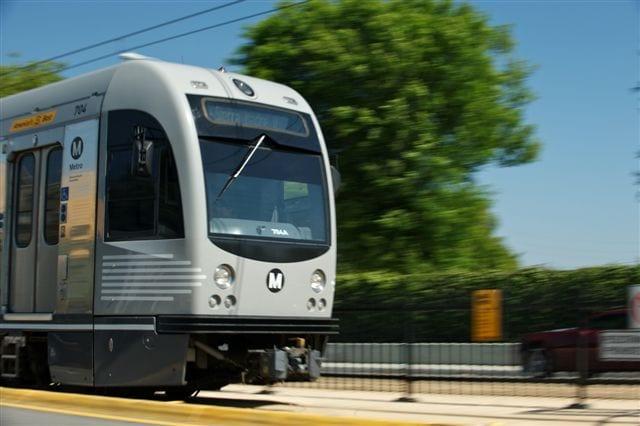 Excelente toma de uno de los trenes Breda en las vías de la calleTercera de la extensiónal Este de Los Angeles de la Línea Doradalograda por parte de Peter Watkinson, el pasado 25 de mayo del 2011.