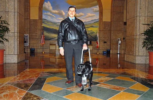 Shadow y Moreno salen del lobby de las oficinas centrales de Metro en el centro de  Los Ángeles.