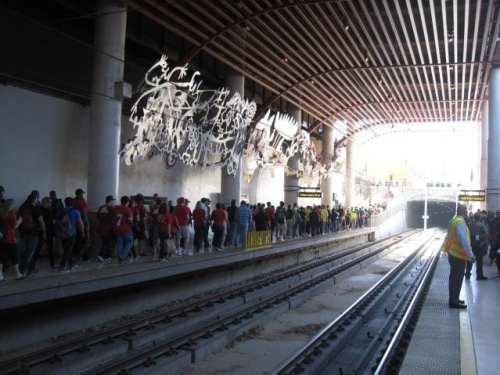 El público espera la llegada del tren ligero de la Línea Dorada en la estación Memorial Park de Pasadena. (Foto Andrés Di Zitti/El Pasajero).